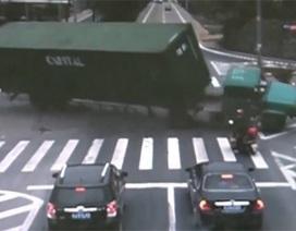 Xe máy suýt bị xe container đè bẹp khi dừng đèn đỏ