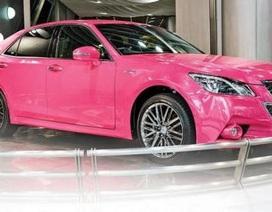 Toyota Crown hồng nổi bật