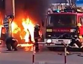 Lính cứu hoả lúng túng, ô tô bốc cháy dữ dội