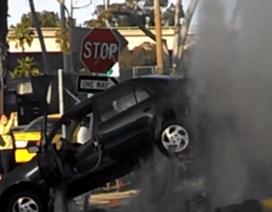 Xe hơi bị họng nước cứu hoả nhấc bổng