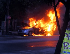 Taxi cháy ngùn ngụt sau khi phát nổ trên phố