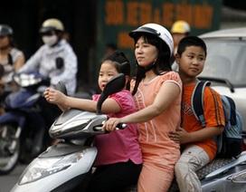 """Phụ huynh vẫn """"quên"""" đội mũ cho con trẻ khi ngồi xe máy"""