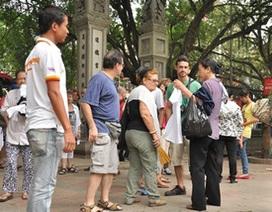 """Du khách nước ngoài bị """"hành"""" ở Văn Miếu"""