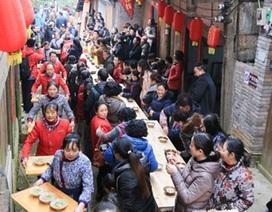 Hàng ngàn người thưởng thức bữa tiệc tất niên... dài 2km