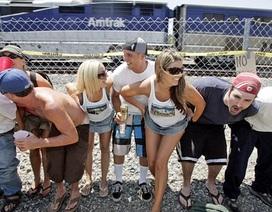 Kỳ quặc lễ hội... khoe vòng 3 trước tàu hỏa ở Mỹ