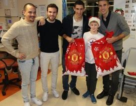 Cầu thủ MU tặng quà Giáng sinh cho các bệnh nhân nhí