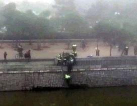 Cổ động viên xấu số của Deportivo bị ném xuống sông