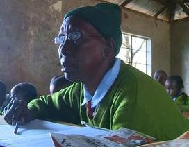Bà cố 90 tuổi đi học tiểu học cùng 6 chắt của mình