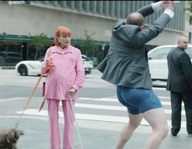 Trung niên diện quần đùi, giày cao gót đi đóng quảng cáo