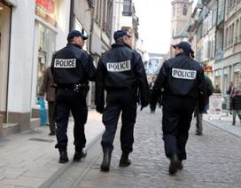 Cảnh sát đãng trí dùng súng bắn mình