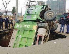 """Xuất hiện hố tử thần """"nuốt"""" xe tải tại Trung Quốc"""