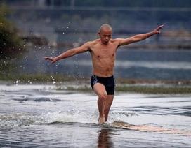 Vị võ sư chạy trên mặt hồ được hơn 100 mét