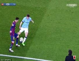 """Guardiola """"choáng"""" trước pha lừa bóng điệu nghệ của Messi"""