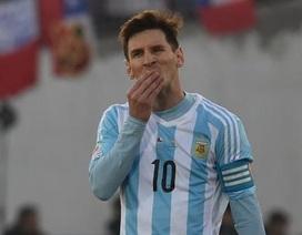 Người nhà Messi và Aguero bị cổ động viên Chile tấn công