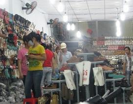 """Giới trẻ đi chợ vỉa hè """"săn"""" hàng thời trang diện Tết"""