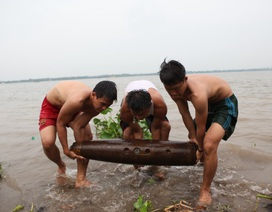 Phát hiện hai quả bom bên bờ sông Hậu