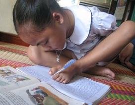 """Nghị lực của cô bé có đôi tay """"xương dẹp"""" học giỏi viết bằng chân trái"""