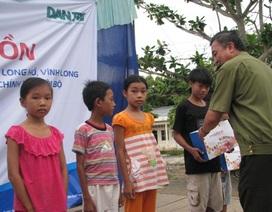 Dân trí đồng hành về nguồn tặng vở giúp học sinh nghèo huyện Long Hồ