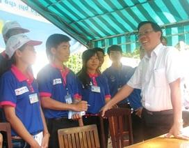 Bí thư Trung ương Đoàn động viên các tình nguyện viên tiếp sức sĩ tử