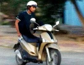Bị phạt 6 triệu đồng vì lái xe máy bằng... hai chân