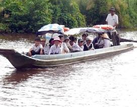 Chiếc đò nhân ái đưa học sinh nghèo đến trường