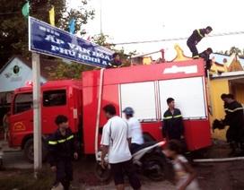 """Cổng chào khu dân cư """"làm khó"""" xe chữa cháy"""