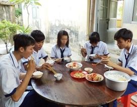 Bữa cơm miễn phí ấm lòng học trò nghèo