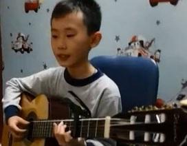 """Cậu bé đàn hát """"Chắc ai đó sẽ về"""" chuyên nghiệp như ca sĩ"""