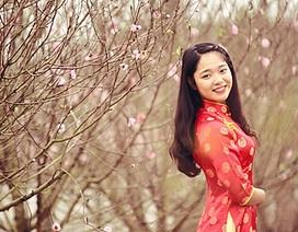 Nữ sinh trường Báo diện áo dài dạo vườn đào Nhật Tân