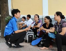 Chùm ảnh: Áo xanh tình nguyện nhiệt tình giúp đỡ sĩ tử ngày thi