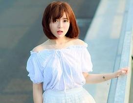 Nữ cổ động viên MU đẹp tinh khôi trên cầu Nhật Tân