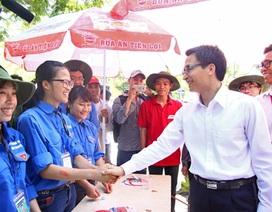 Phó Thủ tướng bắt tay, động viên các sinh viên tình nguyện