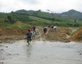 Cám cảnh học trò lội suối đến trường giữa mùa đông giá buốt