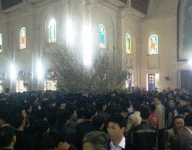 Hàng ngàn người đi lễ đầu năm, hái lộc Thánh