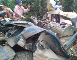 Xe tải kéo đổ cổng làng, tài xế bị đè bẹp trong cabin