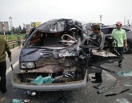 Ô tô lộn nhiều vòng rồi đụng xe biển xanh, hơn 10 người bị thương