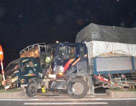 Xe tải bị tông lên dải phân cách khi đang sang đường
