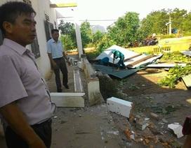 Lốc xoáy đánh sập trường Tiểu học