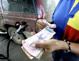 """Venezuela: """"Giật mình"""" 1 USD mua được... 1.800 lít xăng"""