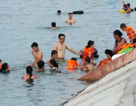 Hà Nội: Lờ nguy hiểm, hàng trăm người vẫn ngụp lặn ở hồ Linh Đàm