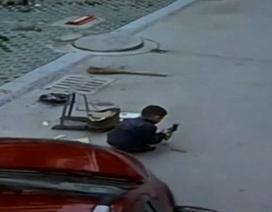 Thót tim cảnh cậu bé bị ô tô chẹt qua người vẫn sống sót