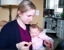 Phản ứng dễ thương của bé khi nghe tiếng mẹ ăn khoai tây chiên