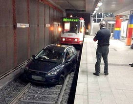 Say bia, tài xế đánh ô tô vào đường tàu điện ngầm gây ách tắc
