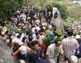 Hàng vạn người chen chân cầu an chùa Ông Núi
