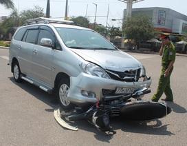 Học sinh đi xe kẹp 3, tông thẳng vào ô tô