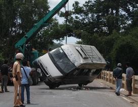 Lật xe 16 chỗ, 4 người bị thương