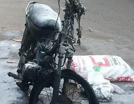 """Xe máy """"quá đát"""" bốc cháy giữa đường"""