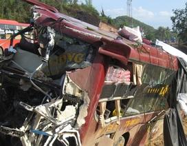Xe khách tông nhau nát bét, 8 người thương vong