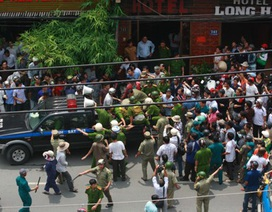 Cảnh sát khống chế đối tượng có hung khí cố thủ trong khách sạn