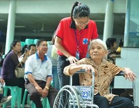 Cảm động hình ảnh áo đỏ tình nguyện hỗ trợ người dân nhập viện